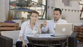 撕毁一个文件、合同或者协议关于业务会议的商人在咖啡馆 库存照片