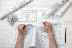 撕毁一张坏图画的建筑师的特写镜头手 免版税库存图片