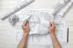 撕毁一张坏图画的建筑师的特写镜头手 库存图片