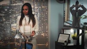 撕毁企业合同的黑人女性主任在大屏幕上的观看的录影以后