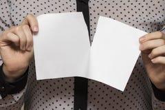 撕毁纸片,特写镜头的女性手 免版税库存图片
