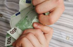 撕毁货币 免版税图库摄影