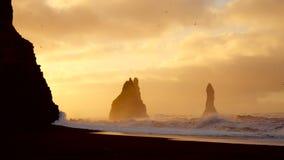 撞入岩石的波浪在黑海滩在冰岛 影视素材
