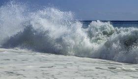 撞入海滩的硕大绿松石膨胀在一个天空蔚蓝夏日在西西里岛 免版税库存图片