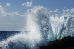 撞入黑熔岩峭壁的硕大绿松石膨胀在一个天空蔚蓝夏日在西西里岛 库存图片