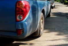 撞直到然后崩溃的前面损伤的黑汽车必须修理 免版税库存图片