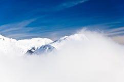 使模糊在一个冬天晴朗的早晨的山顶部 免版税库存照片