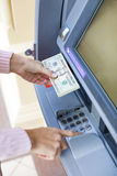 撤出从室外银行ATM的妇女手金钱 库存照片