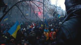 撤退在隔离以后的乌克兰公民大人群用警察 股票录像