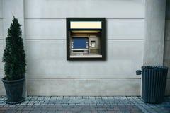 撤退的现代街道ATM机器金钱和其他财务往来 库存照片