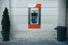 撤退的现代街道ATM机器金钱和其他财务往来 免版税库存图片