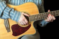 播放一个声学吉他特写镜头的女孩 库存照片