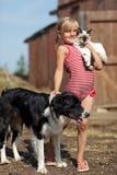播放一个女孩和有猫和狗的 免版税库存照片