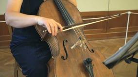 播放低音提琴的妇女的特写镜头 影视素材