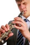 播放单簧管的一个年轻人 库存图片