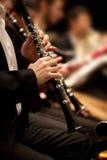 播放单簧管的人的手 免版税图库摄影