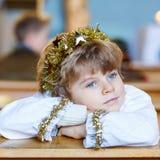 播放圣诞节故事的天使小孩男孩在教会里 免版税库存照片