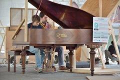播放在市政厅钢琴的两个人一impro 图库摄影
