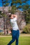 播放在航路的高尔夫球运动员射击 免版税库存图片