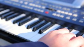 播放在黑背景的钢琴演奏家电子合成器 股票录像