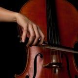 播放大提琴特写镜头的女孩的手 库存图片