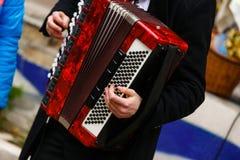 播放手风琴球员的音乐家 免版税库存图片