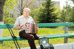 播放手风琴的残疾人 免版税图库摄影