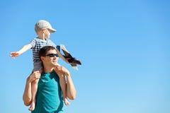 播放玩具飞机的家庭 免版税库存照片