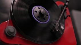 播放纪录的时髦的现代唱片球员 演奏在乙烯基球员的音乐 股票视频