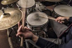 播放节奏的鼓手 免版税库存图片