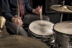 播放节奏,摇摆的鼓手 免版税库存照片