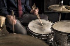 播放节奏,摇摆的鼓手 免版税库存图片