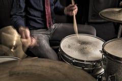 播放节奏,摇摆的鼓手 免版税图库摄影