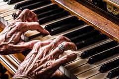 播放钢琴特写镜头的老妇人 免版税库存照片