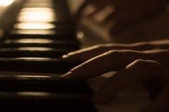 播放钢琴钥匙的手的特写镜头照片 概念:音乐创造,组成,抒情诗,表现 免版税库存图片