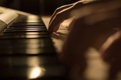 播放钢琴钥匙的手的特写镜头照片 概念:音乐创造,组成,抒情诗,表现 库存照片