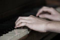 播放钢琴音乐表现用手 库存照片