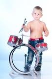 播放鼓的逗人喜爱的男孩 图库摄影