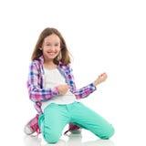 播放Air Guitar的微笑的女孩 免版税库存照片