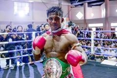 播求泰国重量级骑师泰拳kickboxer,在喝酒以后拍在圆环的照片战斗在Chiangrai 8月15日2014年, 库存图片