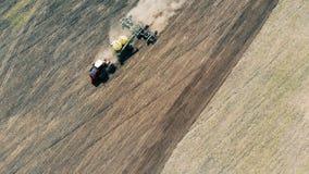 播种一个巨型的领域和培养尘土的耕犁的顶视图 影视素材