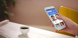 播种的手的综合图象使用智能手机的 免版税库存图片