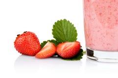 播种的照片数切了草莓被隔绝的叶子汁液 免版税库存图片