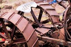 播种的老生锈的拖拉机 免版税库存图片