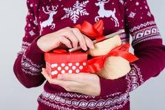 播种紧密妇女` s照片递拿着很多礼物 免版税库存照片