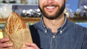 播种紧密f微笑一个有胡子的人拿着新鲜面包大面包  影视素材