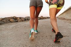 播种观看跑两名健身的妇女的图象户外 免版税库存图片