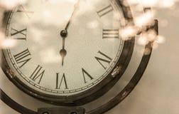 播种钢葡萄酒模式reflexing在s的时钟和明亮的火光 库存图片