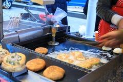 播种hotteok -韩国街道食物 库存图片