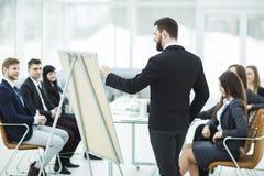 撰稿人公司做介绍企业队的队员的一个新的广告项目 免版税库存照片